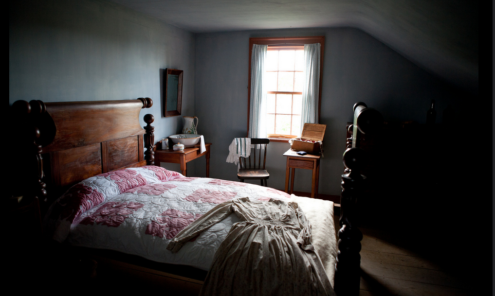 Bedroom at Heustis House, Kings Landing - photo by Kandise Brown, Flickr