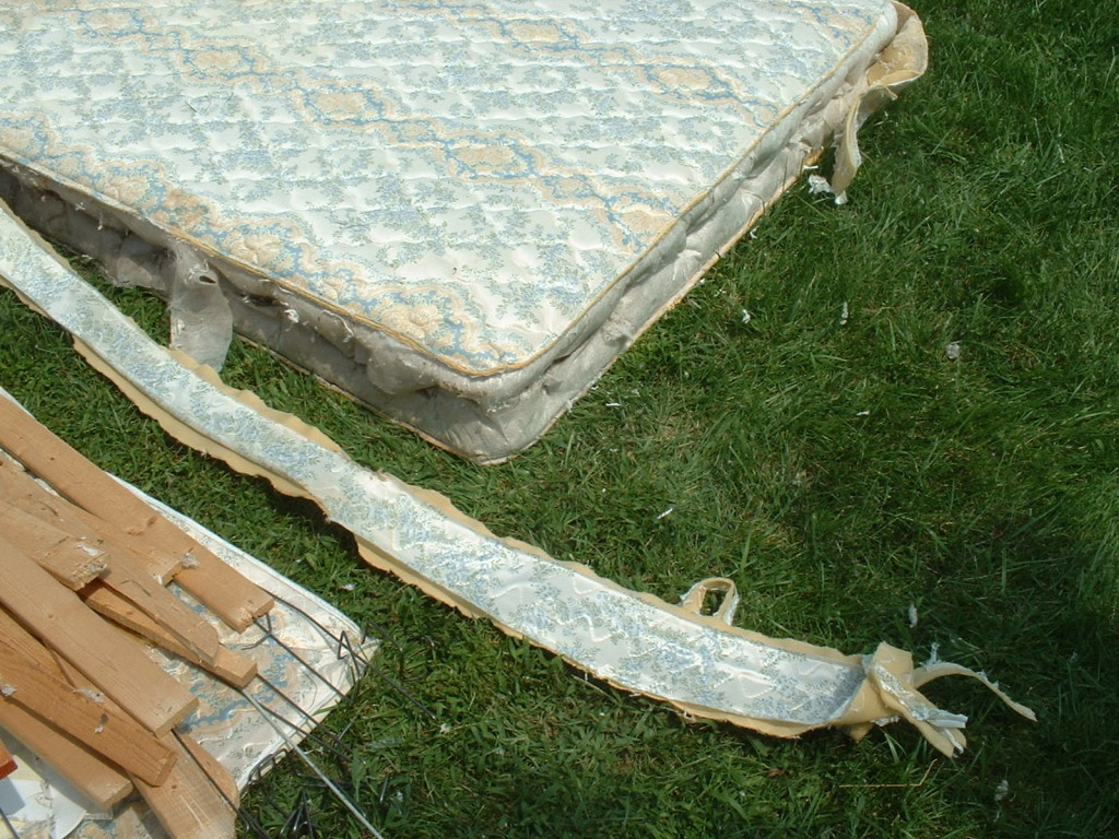 Remove the side fabric from the mattress
